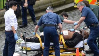 事件直後に手当てを受けるマスード容疑者(22日、ロンドン)