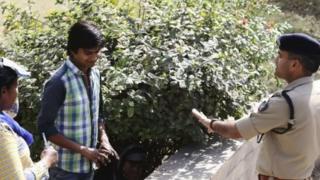 युवा जोड़े को समझाते हुए इलाहाबाद पुलिस के एएसपी नीरज कुमार जादून