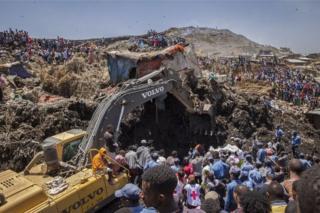 "Abatabazi bakoresha imashini zo mu bwoko bwa ""bulldozers"" bahiga aboba bagihema"
