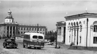 Фрунзе политехникалык институту жана коомдук спорт аянты. 1955-жылы тартылган сүрөт.