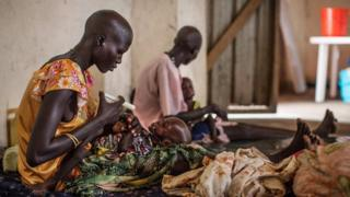 Mujeres de Sudán del Sur con sus hijos