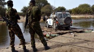 Des militaires Tchadiens regardent un véhiculent de l'Onu traverser le lac Tchad (illustration).
