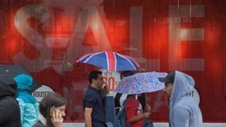 مواطنون في بريطانيا أمام أحد عروض التخفيضات