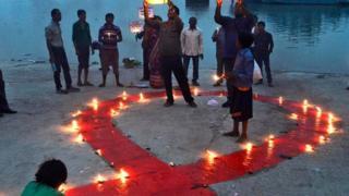人們在世界艾滋病日當天點燃蠟燭