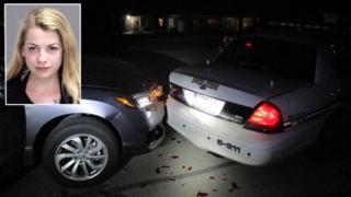 Miranda Rader dan mobilnya yang menabrak mobil polisi