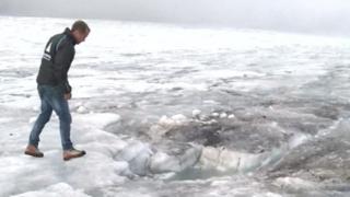 Bernhard Tschannen, directeur du domaine skiable montre le lieu où les corps ont été découverts