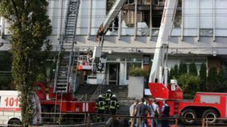 Пожарные у здания телеканала