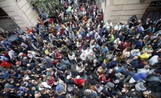 Сотни людей выстроились в очередь у школы в Барселоне, чтобы пройти на участок для голосования