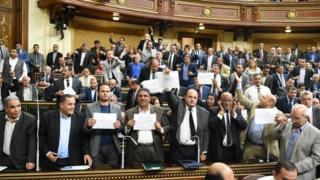 أعضاء في البرلمان المصري يرفعون شعارات رافضة لنقل تبعية جزيرتي تيران وصنافير إلى السعودية