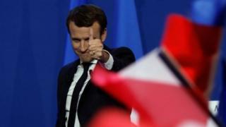 Эммануэль Макрон Франциядагы президенттик шайлоонун биринчи айлампасында 23,75 пайыз добуш алып алдыга чыкты.