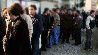 İş ve işçi bulma kurumunun bir şubesinin önünde bekleyen vatandaşlar.