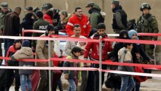 مخالفان دولت به همراه خانوادههایشان شهر را ترک میکنند
