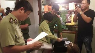 Phòng cảnh sát kinh tế Công an Hà Nội tới cửa hàng Khaisilk tại 113 Hàng Gai, Hà Nội