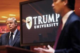 Donald Trump observa al lado de una pantalla con el logo de la Universidad Trump el día de su lanzamiento