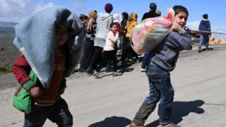 مدنيون نازحون من عفرين السورية