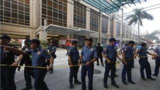 ตำรวจฟิลิปปินส์คุมเข้มโรงแรมที่ถูกชายไม่ทราบชื่อ ก่อเหตุกราดยิง และจุดไฟเผาโต๊ะการพนัน