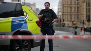英国议会大厦外面发生枪击事件,警方封锁现场及周边地段。