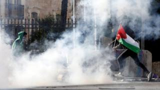 القوات الإسرائيلية أطلقت قنابل غاز مسيل للدموع على محتجين بالضفة الغربية