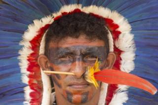 Yerliler eyleme geleneksel kıyafetleri ve makyajları ile katıldı.