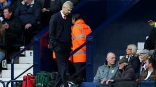 Ông Arsene Wenger buồn bã trong trận gặp West Brom
