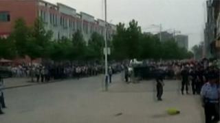 Китайское телевидение показало огромную толпу возле детского сада