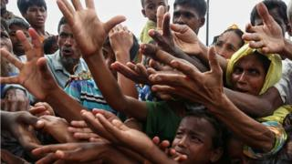 Pengungsi Rohingya meminta makanan di kamp pengungsian Ukhiya dekat perbatasan Bangladesh-Myanmar.