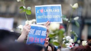 巴黎共和國廣場悼念劉少堯集會現場一名女子舉起「我愛法國,真相、公正、尊嚴」標語牌(2/4/2017)