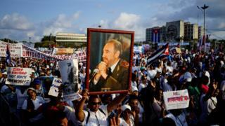 Havana'da, hayatını kaybeden eski Küba Başbakanı Fidel Castro'nun fotoğrafları ellerde taşındı.
