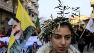 طفلة تحمل غصن الزيتون في عفرين