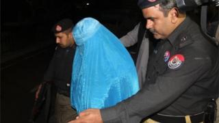 Sharbat Gula asindikizwa na polisi kuondoka hospitalini kabla ya kusafirishwa hadi mpakani