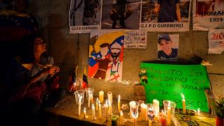 Altar de la oposición en el lugar donde murió Neomar Lander