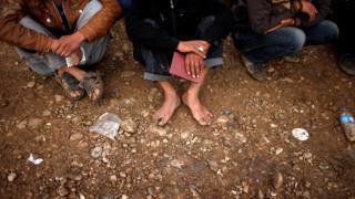 يخضع المدنيون الفارون من القتال لتفتيش دقيق من طرف الشرطة العراقية تجنبا لفرار مسلحي تنظيم الدولة بين صفوفهم