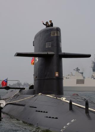 """蔡英文在左營登上台灣海軍""""海虎""""號潛艇"""