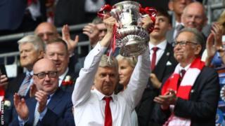 Arsene Wenger akiinua kombe la FA aliloshinda baada ya kuichapa Chelsea 2-1