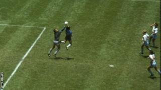 Diego Mardona akifunga bao lake maarufu hand of God dhidi ya Uingereza 1996