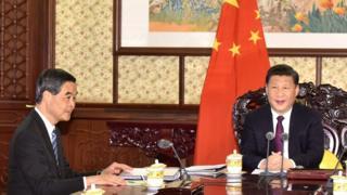 2016年12月23日,梁振英在北京向习近平述职。