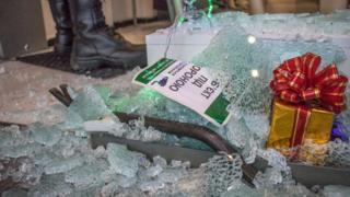 Розбиті вітрини магазину