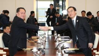South Korean Unification Minister and chief delegate Cho Myoung-gyon (R) shakes hands with his North Korean counterpart Ri Son-gwon Minsitirri tokkummaa Kooriyaa Kibbaa