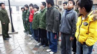 """在中国有一些号称""""军事化管理""""的戒网瘾学校"""