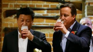 習近平訪問英國期間與首相卡梅倫到酒吧喝啤酒