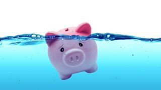 Una alcancía con forma de cerdo ahogándose