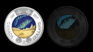 A moeda de dois dólares canadenses, que brilha no escuro
