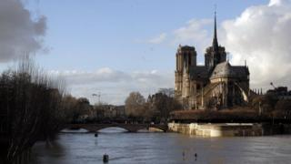 Uburebure bw'amazi bwaduze, hano uruzi La Seine ruca munsi y'ikiraro Pont de l'Archevêché