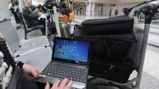Ноутбук в аеропорті