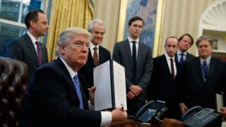 Donald Trump akipinga sheria ya kuruhusu uavyaji mimba