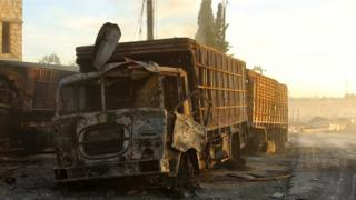 Halep yakınlarındaki saldırıda vurulan yardım konvoyu kamyonlarından biri