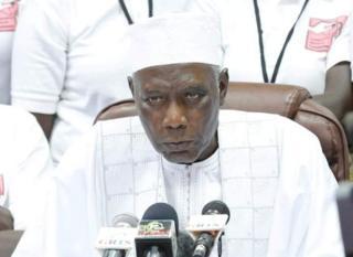 Les forces de sécurité gambiennes ont empêché les employés d'entrer dans le siège de la commission électorale selon Alieu Momarr Njai, le président de la commission électorale.