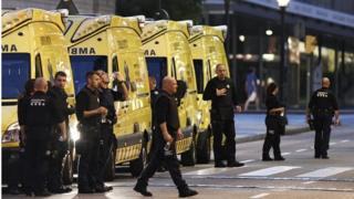 ワゴン車による攻撃で歩行者13人以上が死亡したバルセロナのランブラス通りに集まった救急車(17日)