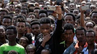 Mutane sun taru a taron gangamin da aka shirya wa sabon fira ministan Habasha a garin Ambo mai nisan kilomita 120 da Addis Ababa a ranar 11 ga watan Afrilu 2018.