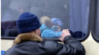 Жители Авдеевки бегут от обстрелов, февраль 2017 года